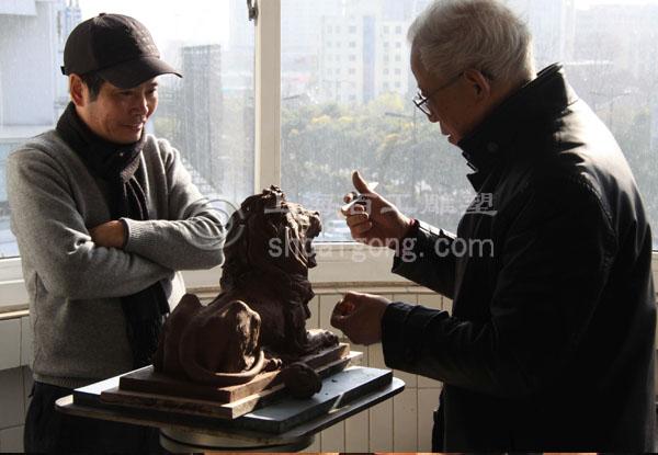 著名动物雕塑家傅维安在创作狮子